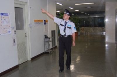 一流化粧品メーカーの工場での施設警備の求人画像